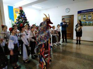 Copiii au venit cu urări de felicitare cu ocazia Craciunului și Anului Nou pentru DETS s. Ciocana